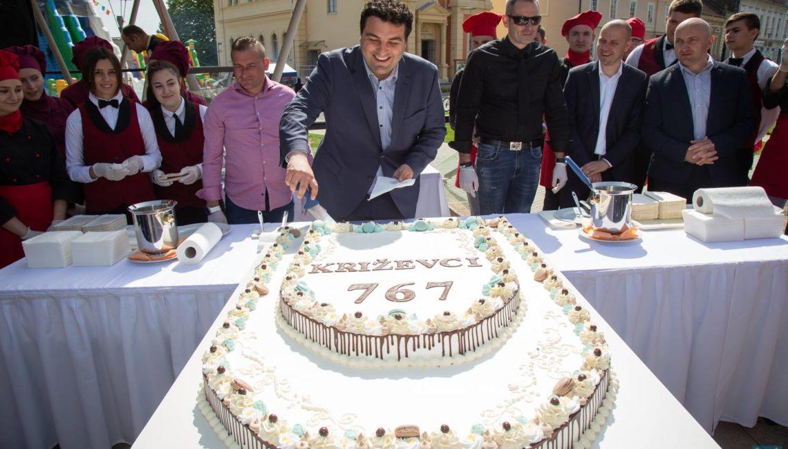 Gradonačelnik Križevaca Mario Rajn reže tortu u povodu dana grada