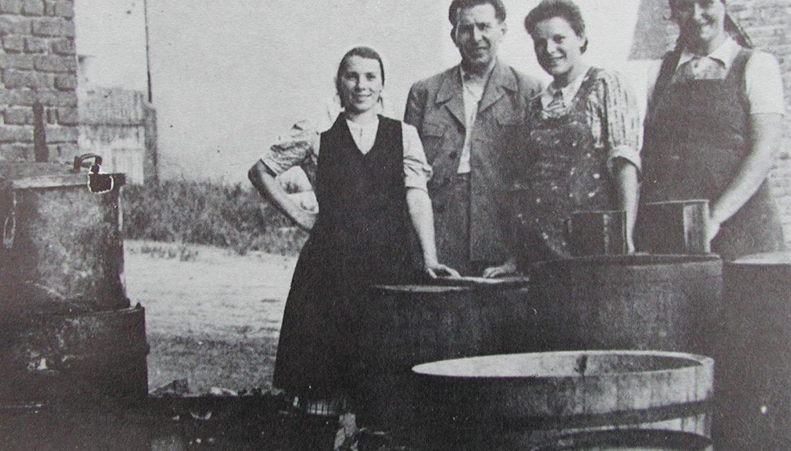 Osnivač pekmezare Wolf s radnicama 40-ih godina (iz te je tvrtke nastala Podravka)
