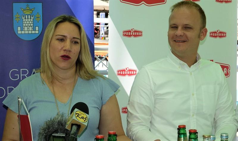 Tatjana Petričušić iz Carlsberga s gradonačelnikom Mišelom Jakšićem
