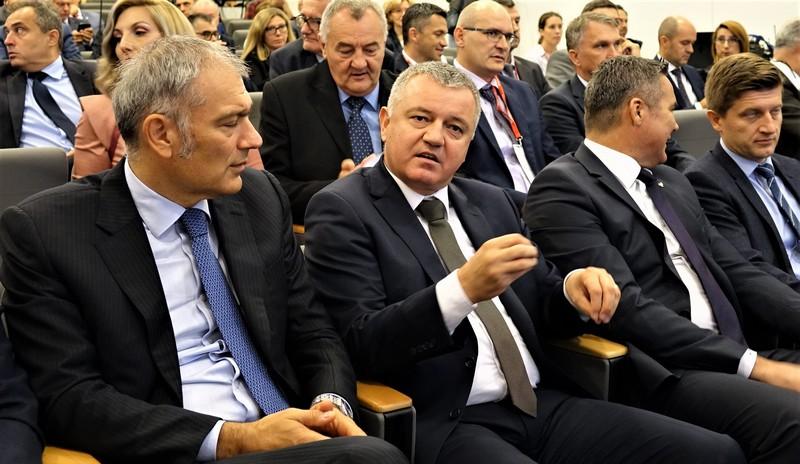 Čelnik Atlantica Emil Tedeschi i ministar poduzetništva Darko Horvat na konferenciji u Podravki