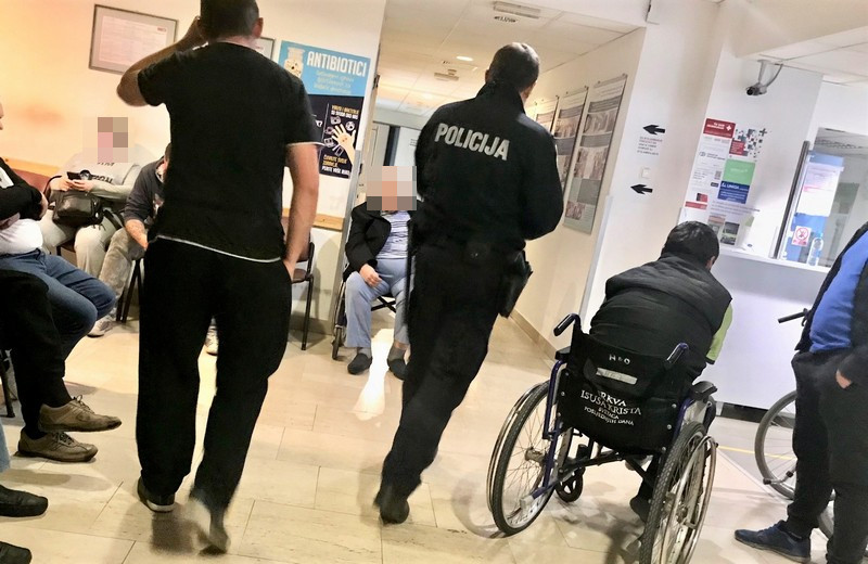 Hitni bolnički odjel u Koprivnici- čekaonica prepuna pacijenata i policije