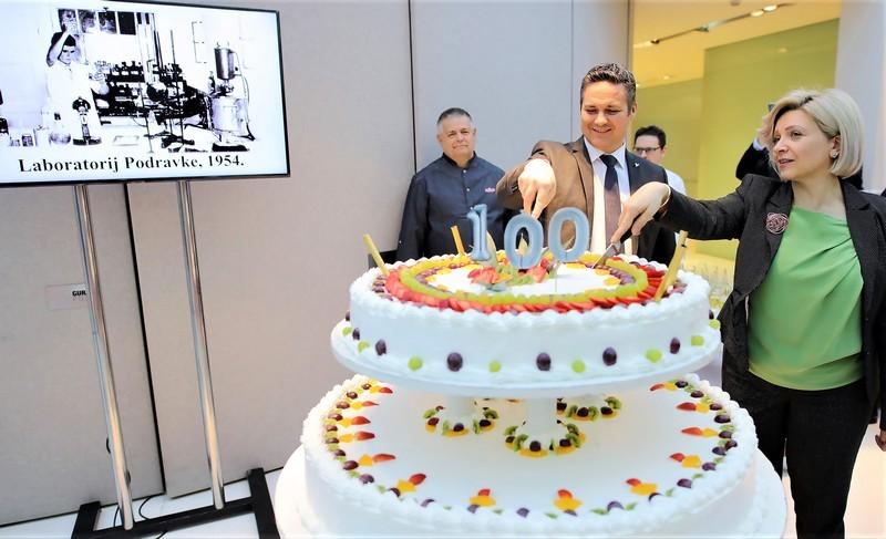 Marin Pucar i Jasmina Ranilović - torta u povodu 100. rođendana Zlate Bartl