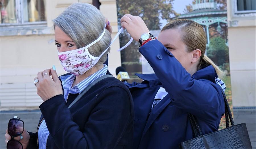 Novinarke uoči konferencije za novinare stavljaju zaštitnu masku