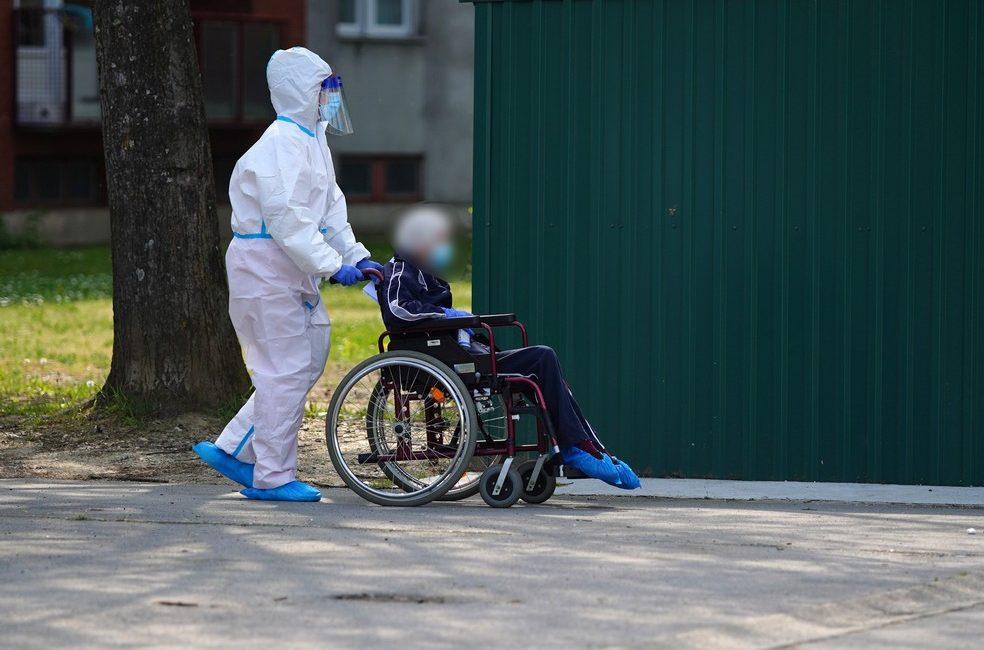 Starce prevoze u kolicima iz doma u bolnicu