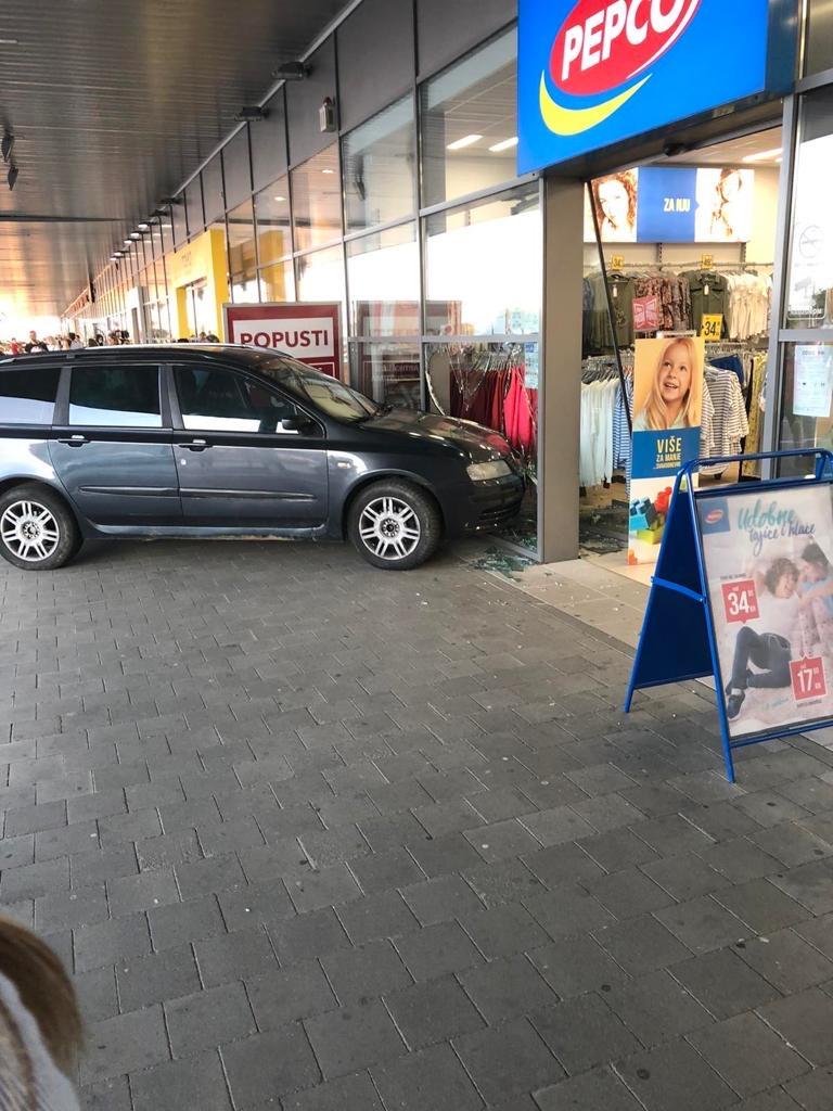 Automobil završio u izlogu dućana